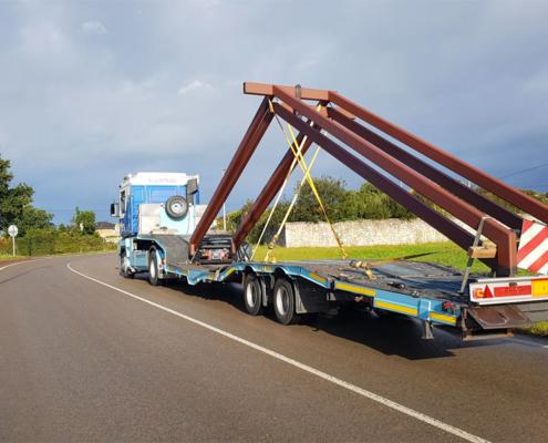Camión de Grúas Estrada transportando mercancía especial